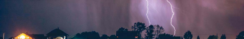 Intensywna burza w trakcie burzy – przeczekać czy jechać dalej?